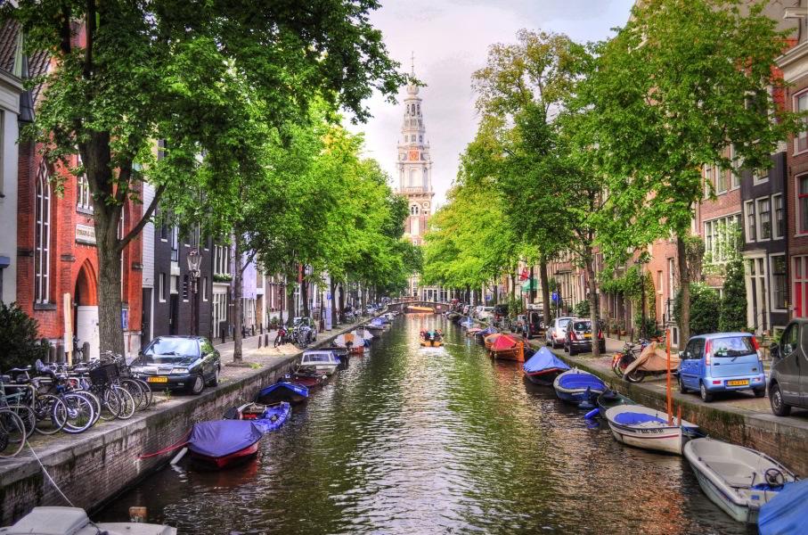 Canal de Ámsterdam con el campanario de la Zuiderkerk al fondo